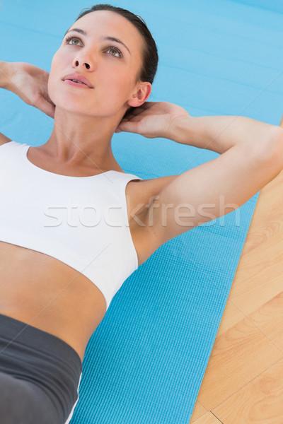 Határozott fiatal nő abdominális testmozgás sport tornaterem Stock fotó © wavebreak_media