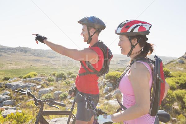 S'adapter cycliste couple regarder montagne Photo stock © wavebreak_media