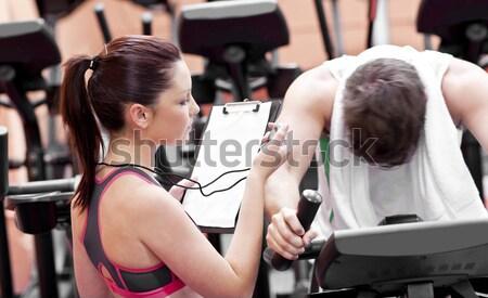 Jeunes musculaire homme barbell gymnase Photo stock © wavebreak_media
