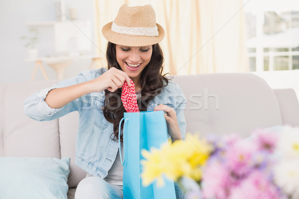 Mooie brunette opening boodschappentas home woonkamer Stockfoto © wavebreak_media