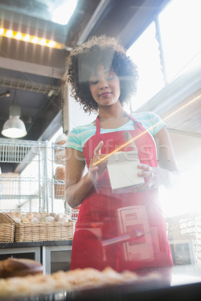 Empleado rojo delantal cuadro panadería Foto stock © wavebreak_media