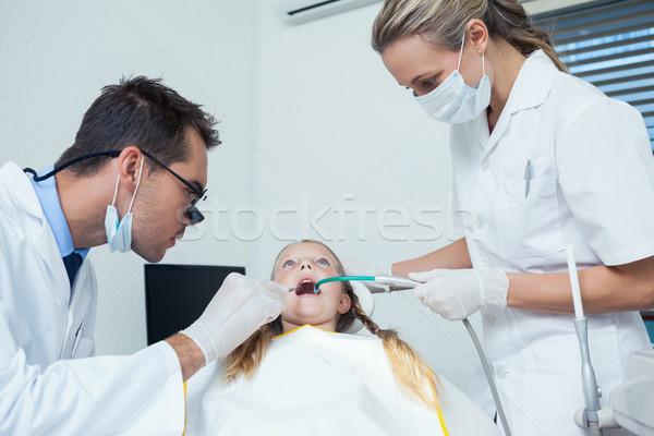 Tandarts assistent onderzoeken meisjes tanden mannelijke Stockfoto © wavebreak_media