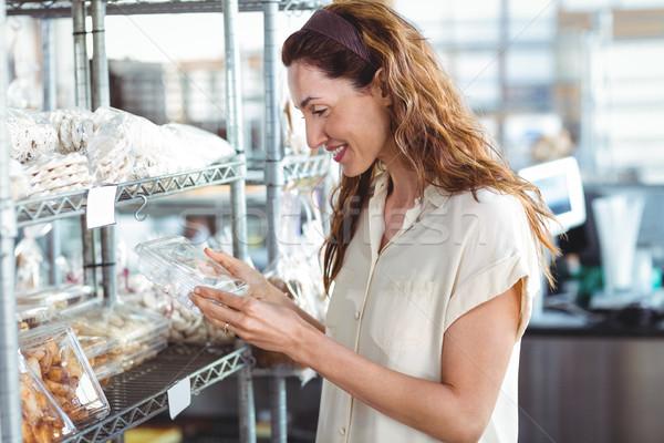 Jolie femme Shopping boulangerie vue de côté femme café Photo stock © wavebreak_media