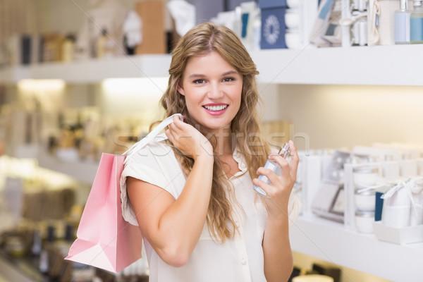 Foto stock: Bastante · mulher · loira · perfumaria · shopping · feminino · sorridente