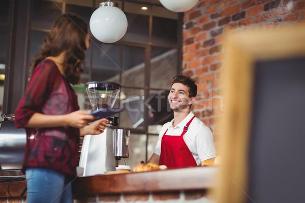 Knap barista bespreken klant coffeeshop server Stockfoto © wavebreak_media