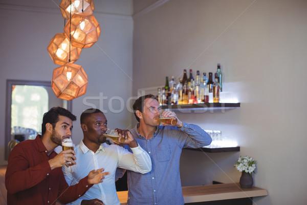Drie vrienden drinken bier kijken wedstrijd Stockfoto © wavebreak_media