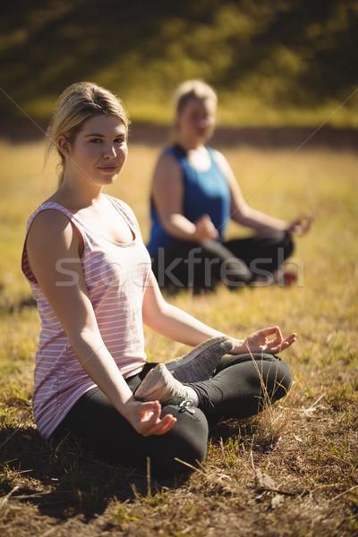 Nők gyakorol jóga akadályfutás csizma tábor Stock fotó © wavebreak_media