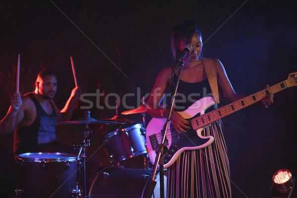 певицы пения барабанщик ночном клубе женщины Сток-фото © wavebreak_media