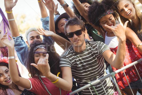 Stockfoto: Gelukkig · jonge · man · borden · vrienden · muziekfestival