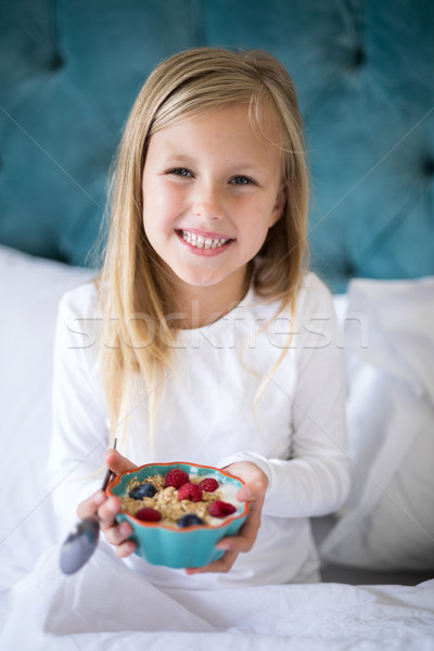 улыбаясь девушки сухих завтраков кровать портрет Сток-фото © wavebreak_media