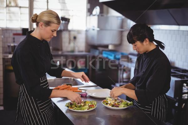 Fiatal női séfek görög saláta konyhapult Stock fotó © wavebreak_media