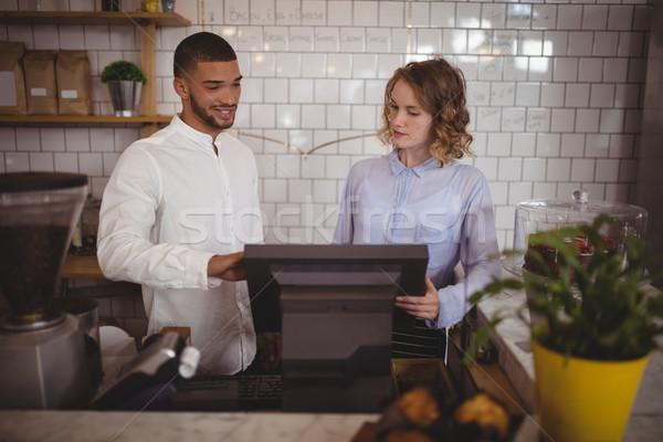 Mannelijke eigenaar serveerster counter coffeeshop Stockfoto © wavebreak_media
