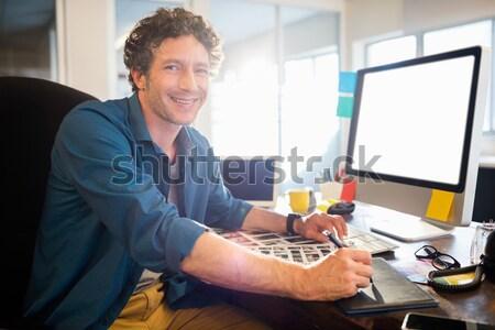 Homme exécutif regarder Photos bureau bureau Photo stock © wavebreak_media
