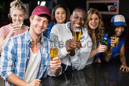 Feliz amigos toma mujer teléfono negro Foto stock © wavebreak_media