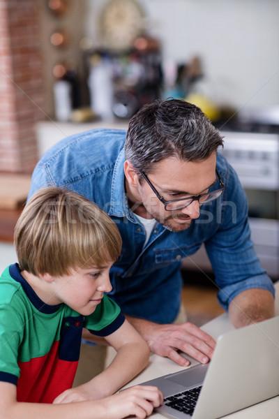 Filho pai usando laptop cozinha casa internet caderno Foto stock © wavebreak_media