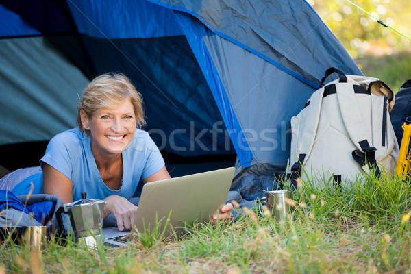 érett nő mosolyog számítógéphasználat tábor helyszín számítógép Stock fotó © wavebreak_media