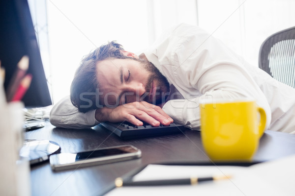 Hombre dormir escritorio oficina ordenador feliz Foto stock © wavebreak_media