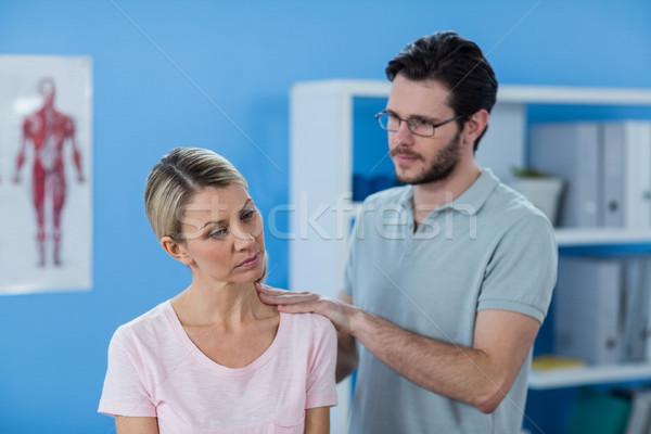 Ombro feminino paciente clínica mulher Foto stock © wavebreak_media