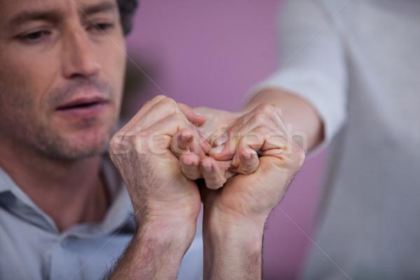 Main massage patient clinique femme homme Photo stock © wavebreak_media