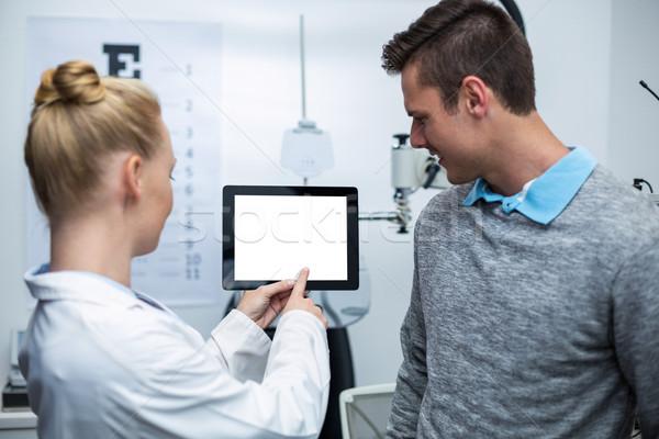 Feminino optometrista discussão paciente digital comprimido Foto stock © wavebreak_media