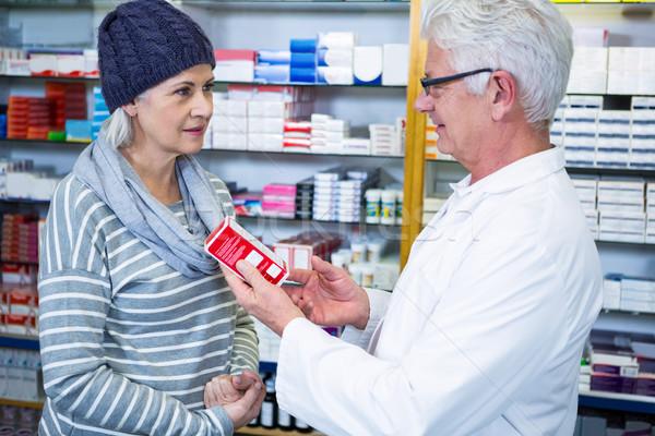 Gyógyszerész mutat gyógyszer vásárló gyógyszertár nő Stock fotó © wavebreak_media