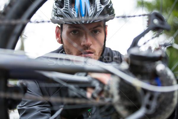 Masculina ciclista bicicleta de montana retrato parque Foto stock © wavebreak_media