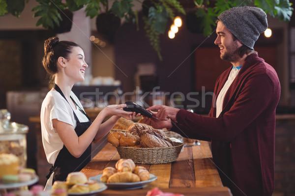 Mosolyog vásárló fizet hitelkártya kávézó férfi Stock fotó © wavebreak_media