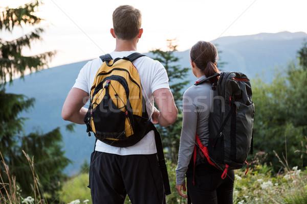 Coppia piedi guardando view campagna foresta Foto d'archivio © wavebreak_media