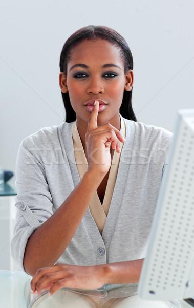 Charmant zakenvrouw vragen stilte bureau kantoor Stockfoto © wavebreak_media