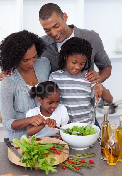 Afectuos familie salată împreună bucătărie femeie Imagine de stoc © wavebreak_media