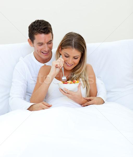 Afetuoso casal alimentação fruto cama casa Foto stock © wavebreak_media