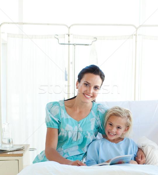 внимательный матери чтение дочь больницу служба Сток-фото © wavebreak_media