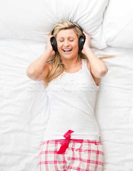 Vrouw luisteren muziek woonkamer huis gelukkig Stockfoto © wavebreak_media
