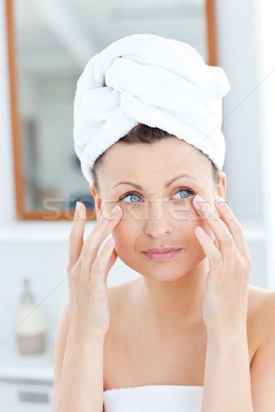 Сток-фото: привлекательный · полотенце · кремом · лице · ванную