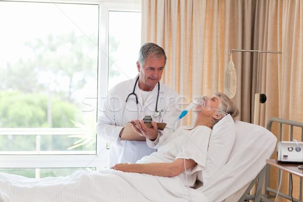 Orvos megvizsgál beteg maszk női beteg Stock fotó © wavebreak_media