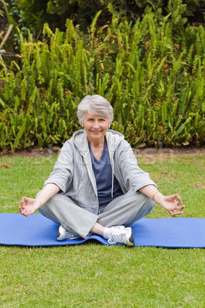 Aposentados mulher ioga jardim natureza Foto stock © wavebreak_media