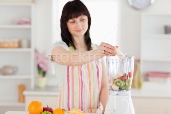 Bastante morena mujer hortalizas mezclador pie Foto stock © wavebreak_media