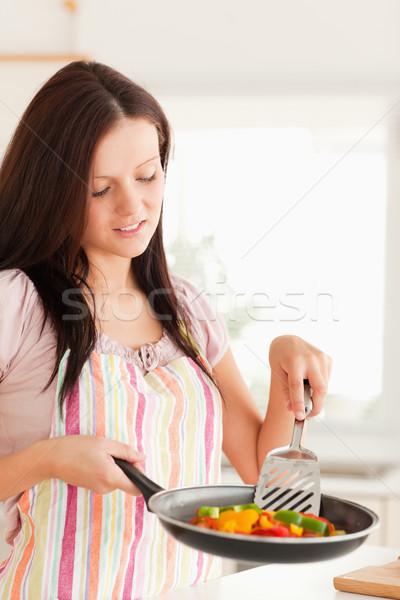 Nő néz serpenyő zöldségek étel mosoly Stock fotó © wavebreak_media