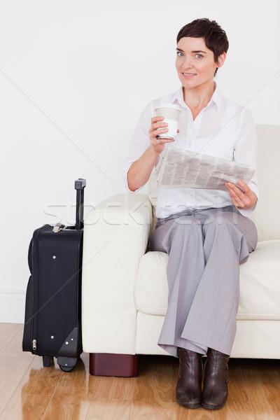 ブルネット 女性 スーツケース 新聞 カップ 待合室 ストックフォト © wavebreak_media