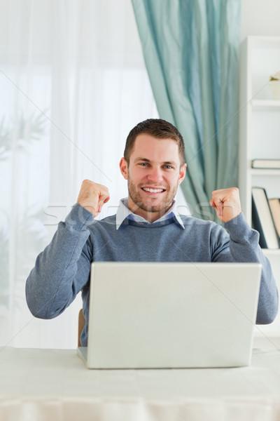 ストックフォト: 小さな · ビジネスマン · 祝う · 達成 · ビジネス · コンピュータ