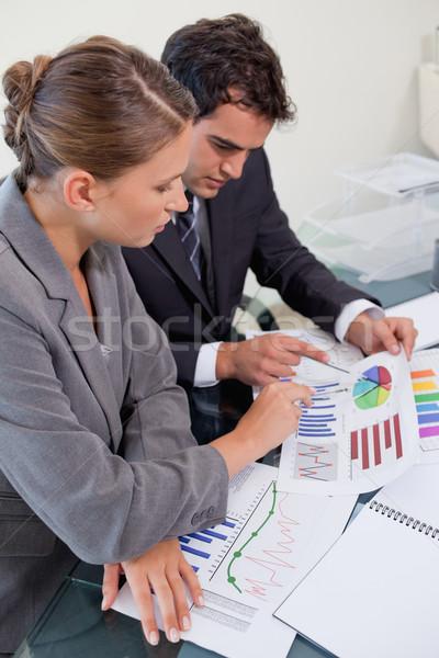 Retrato atractivo equipo de negocios estudiar estadística Foto stock © wavebreak_media