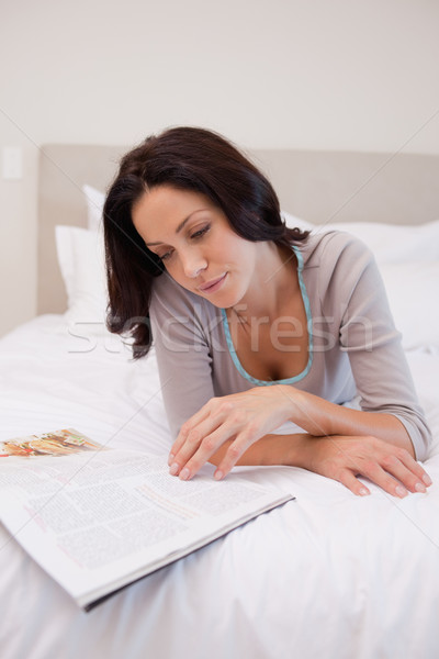 Camera da letto lettura magazine felice Foto d'archivio © wavebreak_media