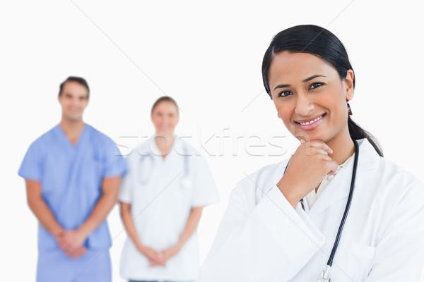 Glimlachend arts pose collega's achter witte Stockfoto © wavebreak_media