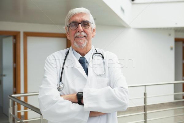 Stok fotoğraf: Doktor · ayakta · koridor · gülen · kâğıt
