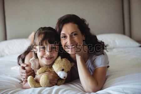 Matka córka posiedzenia bed miś sypialni Zdjęcia stock © wavebreak_media