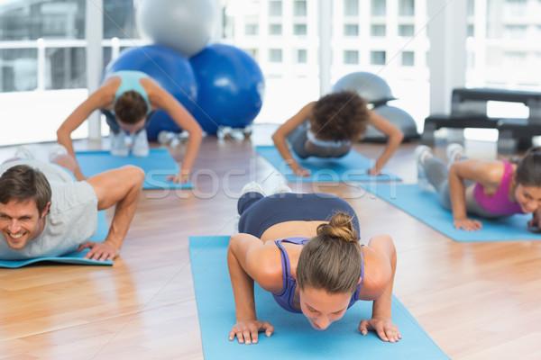 Déterminé personnes fitness studio jeunes Photo stock © wavebreak_media