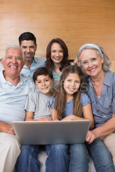 Uitgebreide familie met behulp van laptop sofa woonkamer gelukkig home Stockfoto © wavebreak_media