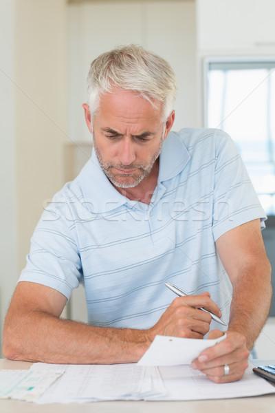 Koncentruje człowiek domu kuchnia Zdjęcia stock © wavebreak_media
