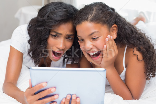 Verwonderd moeder dochter tablet samen home Stockfoto © wavebreak_media