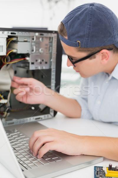 Ordenador ingeniero de trabajo roto consolar ordenador portátil Foto stock © wavebreak_media